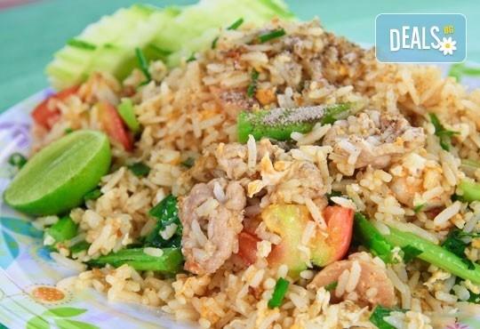 Предплатете един лев и вземете пиле с къри и бял ориз и свежа салата с нахут и чери домати в ресторант Санури! - Снимка 1