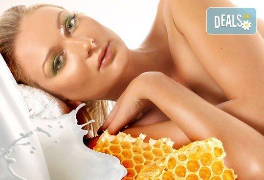 75-минутна хидратираща процедура за цялото тяло със златен масажен гел Мед и мляко в център за здраве и красота Мотив - Снимка 1