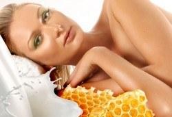 75-минутна хидратираща процедура за цялото тяло със златен масажен гел Мед и мляко в център за здраве и красота Мотив - Снимка