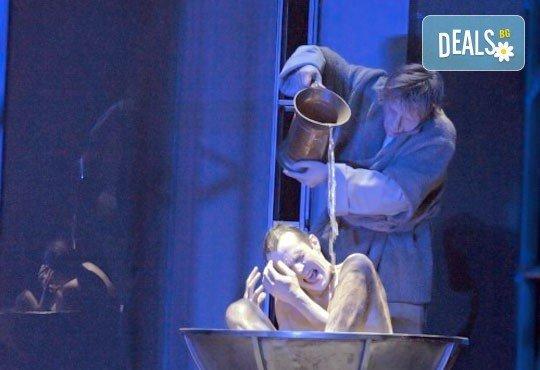 Гледайте Калин Врачански като Квазимодо в Парижката Света Богородицана Лилия Абаджиева, Театър София, 06.06.,19ч, билет за двама - Снимка 7