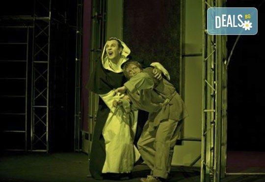 Гледайте Калин Врачански като Квазимодо в Парижката Света Богородицана Лилия Абаджиева, Театър София, 06.06.,19ч, билет за двама - Снимка 5