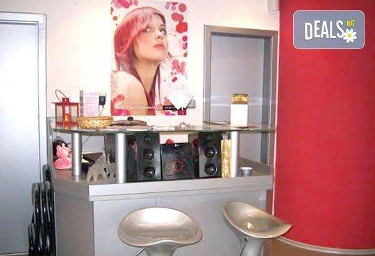 За красива коса! Подстригване, арганова терапия и оформяне на прическа със сешоар в салон за красота Sassy! - Снимка 5