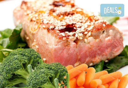 Стек от риба тон със сусам, лимонов дресинг и гарнитура от бейби моркови и броколи от ресторант Клуб на актьора! - Снимка 1