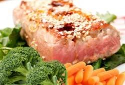 Стек от риба тон със сусам, лимонов дресинг и гарнитура от бейби моркови и броколи от ресторант Клуб на актьора! - Снимка