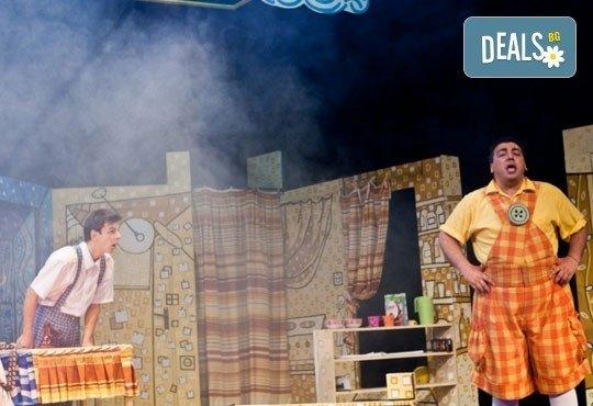 Гледайте с децата! Карлсон, който живее на покрива в Младежки театър на 11.06, неделя, от 11ч, билет за двама - Снимка 5