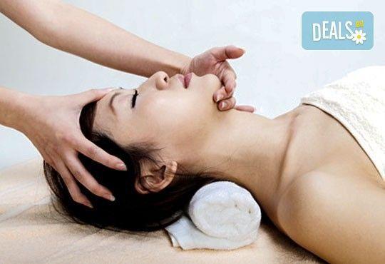 Козметичен масаж на лице, шия и деколте + парафинова терапия на лице и бонус - масаж на ръце в Козметичен център DR.LAURANNE в Центъра на София - Снимка 1