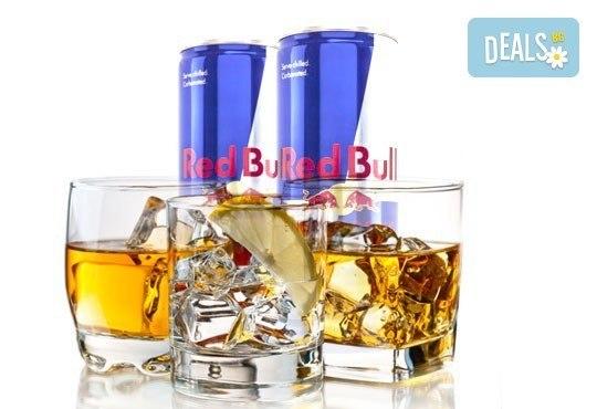 За Вашето парти! Изберете между бутилка водка или уиски, придружено от 4 броя Ред бул, кашу и бадеми в Cuban Bar! - Снимка 1