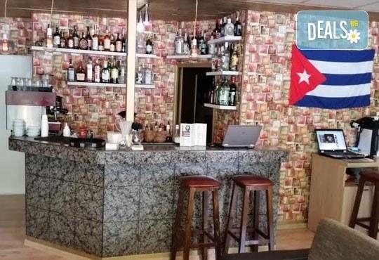 За Вашето парти! Изберете между бутилка водка или уиски, придружено от 4 броя Ред бул, кашу и бадеми в Cuban Bar! - Снимка 2