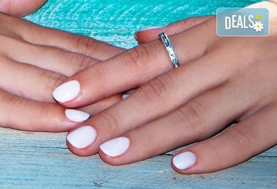 Красиви ръце със стилен маникюр с гел лак Bluesky и сваляне на стар гел лак в Diamante Beauty! - Снимка 1