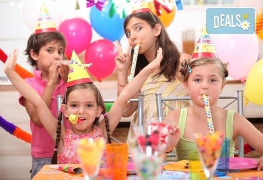 Два часа игри с детско парти за 10 деца! Голяма семейна пица за деца и възрастни, торта и сок в детски клуб Звездички! - Снимка 4
