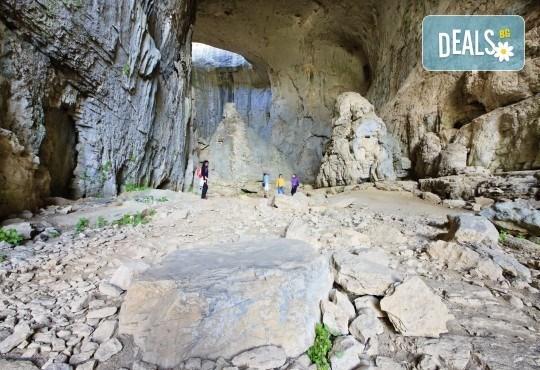 Чували ли сте за пещера Проходна с уникалния феномен Очите на Бога? Разгледайте за един ден с транспорт и водач от Глобул Турс! - Снимка 2