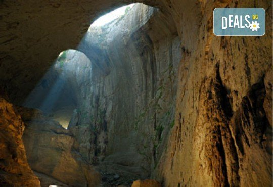 Чували ли сте за пещера Проходна с уникалния феномен Очите на Бога? Разгледайте за един ден с транспорт и водач от Глобул Турс! - Снимка 1