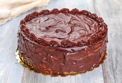 Голяма шоколадова торта с блат мъфини и крем, желирани плодове и глазура от сладкарите на Muffin House - Снимка
