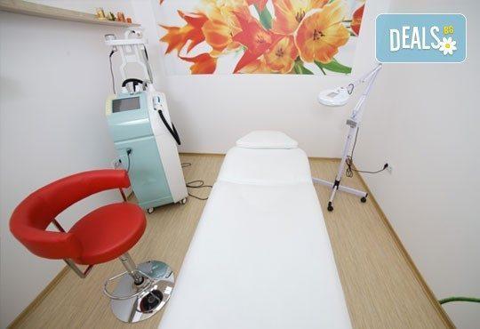 Подмладяваща терапия! Лифтинг масаж на лице, шия и деколте, компрес и маска с кал в студио Магнифико! - Снимка 4