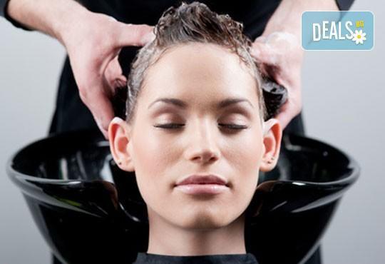 Красива и оформена коса! Масажно измиване, изсушаване, оформяне с четка и официална или вечерна прическа в Kult Beauty! - Снимка 1