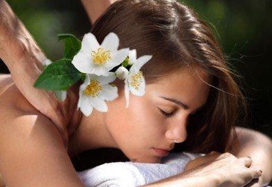 Релаксиращ масаж на гръб или цялостен арома масаж с етерични масла от жасмин, жен шен, алое и индийска билка в Senses Massage & Recreation - Снимка