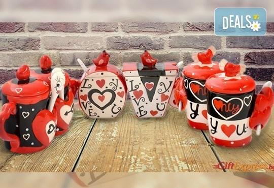 Засвидетелствайте Вашата любов! Подарете комплект от 2 броя керамични чаши с капаче и лъжичка - Love от Gift Express! - Снимка 1