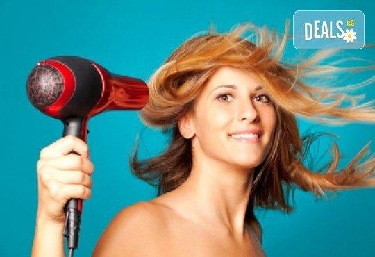 Боядисване с професионална италианска боя, терапия с продукти Jungle Fever, оформяне на прическа със сешоар и стилизанти от салон Мелинда! - Снимка 1