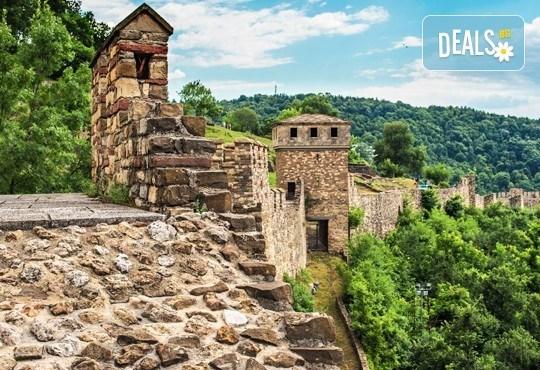 През юли на фестивал във Велико Търново! 2 нощувки, 1 вечеря и 1 обяд, транспорт, обиколка на Арбанаси и Царевец и светлинно шоу! - Снимка 5