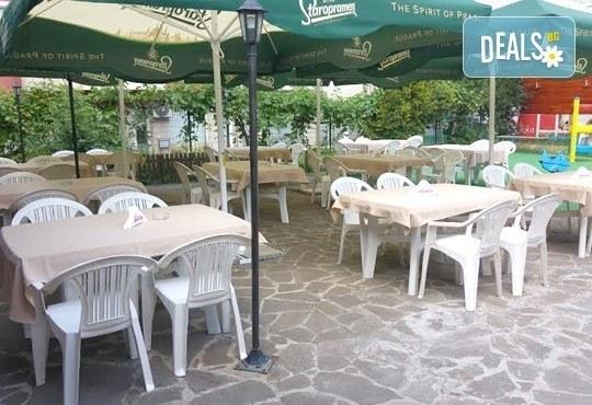 Обяд или вечеря в Ресторант градина БРИКС! ДВЕ големи пици + ДВЕ чаши бяло вино само за 9.00лв! - Снимка 5