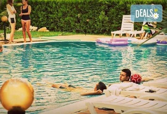 Незабравимо лято в семеен хотел Магнолия Гардън, Слънчев бряг! 1 нощувка в едностаен или двустаен апартамент, позлване на басейн и шезлонг! - Снимка 2