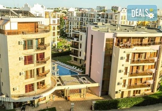 Почивка в семеен хотел Магнолия Гардън, Слънчев бряг! Една нощувка в едностаен или двустаен апартамент и безплатно ползване на басейн и шезлонг - Снимка 1