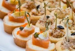 90 броя хапки с ароматен крем и пушена сьомга, прошуто, моцарела и чери домати и френски сирена от Топ Кет Кетъринг! - Снимка
