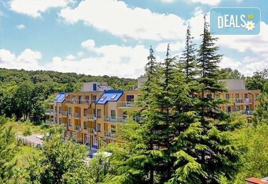 Почивка в разгара на лятото в хотел Спорт Палас, Приморско - 1 нощувка за до трима със закуска, обяд и вечеря! - Снимка 1