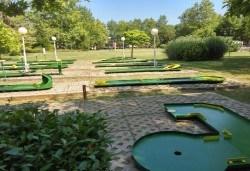 Страхотно забавление за малки и големи! 2 игри на мини голф от Мини Голф в к.к. Албена! - Снимка