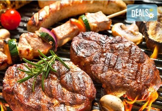 От Вас компанията, от Bar & Dinner SEVEN7A - хапването! Един килограм скара асорти + гарнитура домашни картофки, салата зеле и моркови и лютеница - Снимка 1