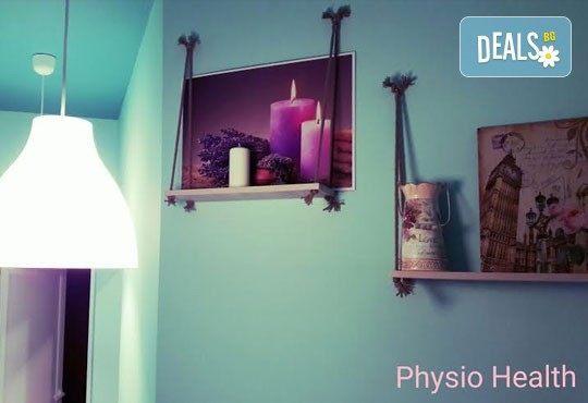 Болкоуспокояващ масаж на гръб с терапевтични масла и акупресура на тригерни точки в студио Physio Health! - Снимка 4