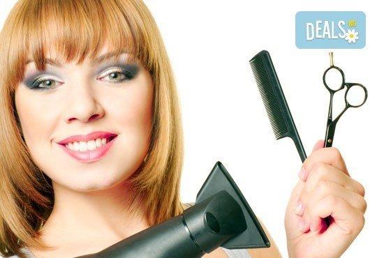 Боядисване с боя на клиента със или без подстригване, терапия за запазване на цвета и оформяне със сешоар в Studio V! - Снимка 1