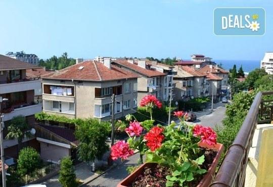 През юли в Царево! 3/5/7 нощувки в Семеен хотел Sunny House 2* - Снимка 2