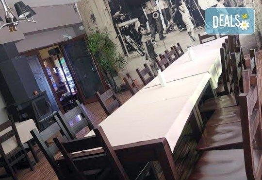 Един килограм пържена риба: барбун, сафрид, цаца и хек с картофки и лютеница в Bar & Dinner SEVEN7A! - Снимка 8