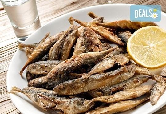 Един килограм пържена риба: барбун, сафрид, цаца и хек с картофки и лютеница в Bar & Dinner SEVEN7A! - Снимка 1