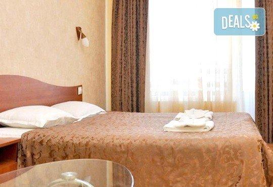 Юли в к.к. Чайка, Златни пяцъци! Нощувка със закуска и ползване на басейн в хотел Девора! - Снимка 4