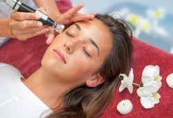 Антиейдж терапия - почистване на лице и радиочестотен лифтинг с гел с хиалурон и биоактивни перли в Салон Емоция! - Снимка