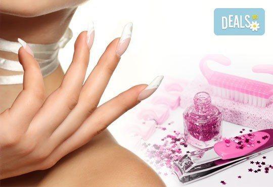 Красиви и стилни ръце с ноктопластика и маникюр с гел лак за здрави нокти и две декорации в салон Блейд! - Снимка 1
