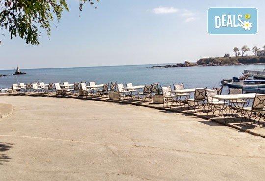 Уикенд от юли до септември в семеен хотел Кайлас на брега на Ахтопол! 2 нощувки с 2 закуски и 1 вечеря на човек! - Снимка 2