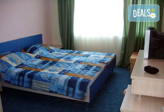 Уикенд от юли до септември в семеен хотел Кайлас на брега на Ахтопол! 2 нощувки с 2 закуски и 1 вечеря на човек! - Снимка 4