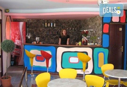 Уикенд от юли до септември в семеен хотел Кайлас на брега на Ахтопол! 2 нощувки с 2 закуски и 1 вечеря на човек! - Снимка 8