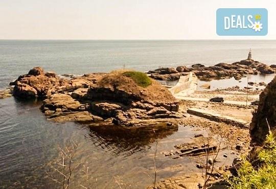 Уикенд от юли до септември в семеен хотел Кайлас на брега на Ахтопол! 2 нощувки с 2 закуски и 1 вечеря на човек! - Снимка 13