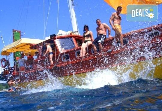 Време за море, слънце и яхта! На разходка с яхта Трофи до о. Света Анастасия! Плаване, разходка, плаж и закуска на борда, цена на човек - Снимка 6