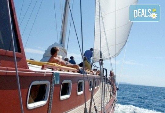 Време за море, слънце и яхта! На разходка с яхта Трофи до о. Света Анастасия! Плаване, разходка, плаж и закуска на борда, цена на човек - Снимка 3