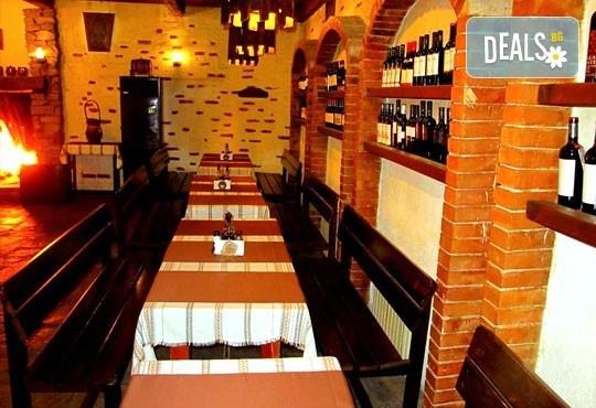 Сач Караджата, с пилешко, свинско, кълцана наденица, зеленчуци, кашкавал, 0.650 г. и 2 шопски салати от ресторант механа Караджата! - Снимка 8