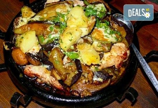 Сач Караджата, с пилешко, свинско, кълцана наденица, зеленчуци, кашкавал, 0.650 г. и 2 шопски салати от ресторант механа Караджата! - Снимка 1