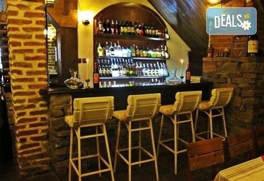 Вкусна порция агнешки кебапчета с гарнитура свежа салатка, 0.300 г и голяма наливна бира в Ресторант механа Караджата! - Снимка 5