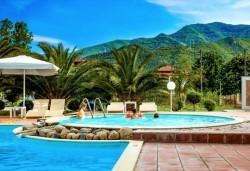 На море през септември в Гърция! 3 нощувки със закуски и вечери в Rentina Beach Hotel 2*, Ставрос , Халкидики, от ТА Ревери - Снимка