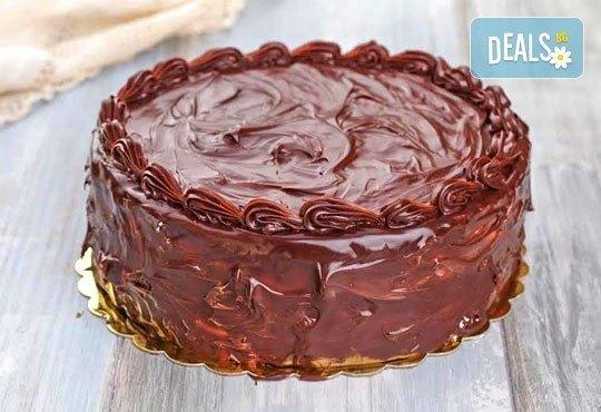 Голяма шоколадова торта с блат мъфини, крем, плодове и глазура от Ресторант Резиденция Сарафово - Снимка 1