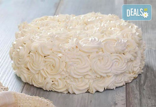 Голяма шоколадова торта с блат мъфини, крем, плодове и глазура от Ресторант Резиденция Сарафово - Снимка 2